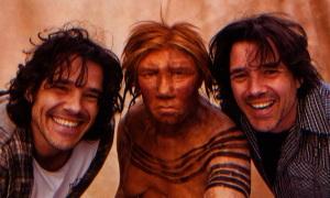 los artistas holandeses y gemelos Adrie y Alfons Kennis, creadores de  esta reconstrucción de una hembra de neandertal