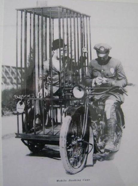 Foto de 1920. Harley-Davidson dota a sus motos para lo policía de una celda...