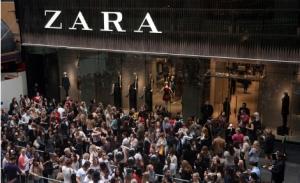 Haciendo cola para entrar en una tienda Zara de... Australia (Foto publicada en el Mundo, 5/10/12)